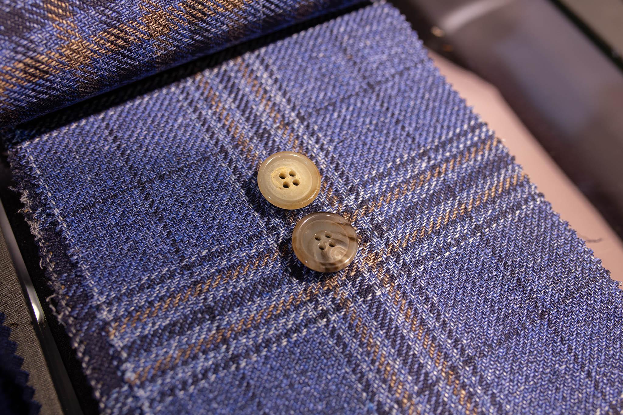 Napit tarjoavat hienovaraisen keinon tuoda esiin ja korostaa vaatetta.